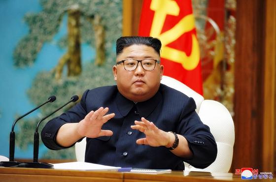 김정은 북한 국무위원장이 지난달 11일 노동당 본부청사에서 열린 당 정치국 회의를 주재하고 있다. 북한 관영매체들은 다음날인 지난달 12일 이 소식을 전했는데, 이후 김 위원장의 공개활동은 전해지지 않고 있다. [연합뉴스]