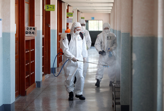 육군 50사단 소속 장병들이 1일 대구시 남구 대명초등학교에서 신종 코로나바이러스 감염증(코로나19) 확산 방지 방역을 하고 있다. 연합뉴스