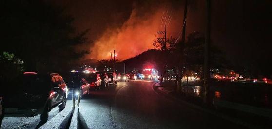 1일 오후 8시10분쯤 강원 고성군 토성면 한 주택 화재가 인근 야산으로 번졌다. 고성군은 직원 소집령을 발령하고 인근에 대피 문자를 발송해 주민 420명이 대피했다. [사진 정창수씨]