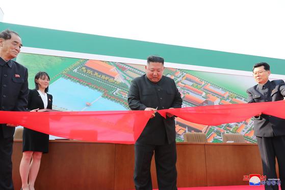 사망설에 휩싸였던 북한 김정은 국무위원장이 20일 만에 공개활동을 재개하며 건재함을 과시했다. 김 위원장이 노동절(5·1절)이었던 지난 1일 순천인비료공장 준공식에 참석했다고 조선중앙통신이 2일 보도했다. 조선중앙통신=연합뉴스