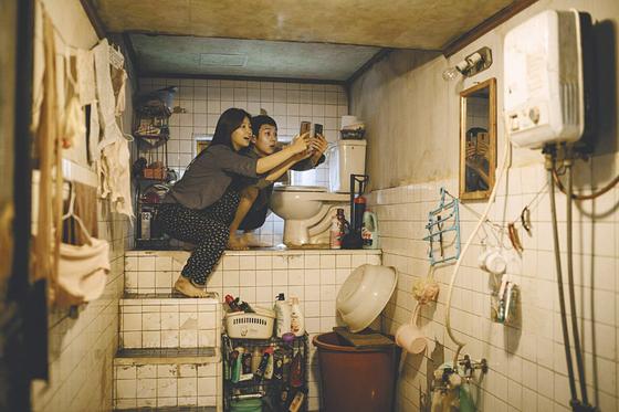 반지하 집을 배경으로 만든 영화 '기생충'의 한 장면. [사진 CJ엔터테인먼트]