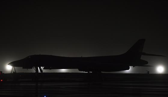 지난 1일 괌의 앤더슨 공군 기지에 도착한 B-1B 랜서. 이날 미 본토 텍사스주 다이스 공군 기지에서 4대의 B-1B가 괌으로 날아왔다. [사진 미 공군]