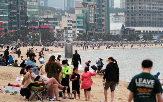 황금연휴 사흘째인 2일 오후 부산 광안리해수욕장이 시민들로 붐비고 있다. 연합뉴스