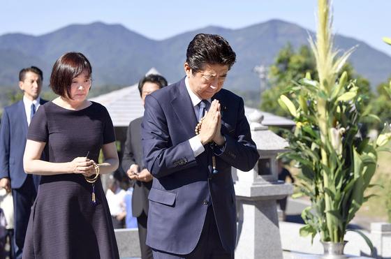 지난해 8월 오봉 명절을 맞아 아베 신조 일본 총리가 부인 아키에 여사와 함께 야마구치현 나가토에 있는 선친 묘소를 참배하고 개헌 의지를 다짐했다. [연합뉴스]