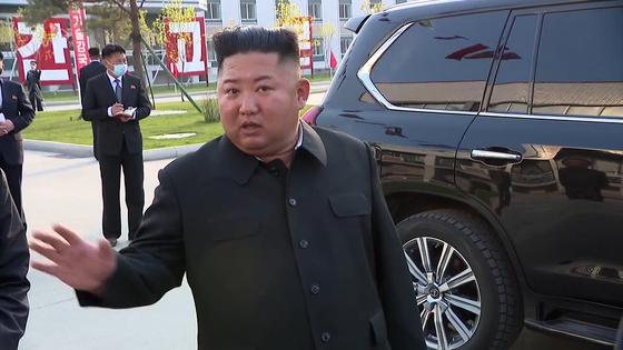 북한 김정은 국무위원장이 노동절(5·1절)이었던 지난 1일 순천인비료공장 준공식에 참석했다고 조선중앙TV가 2일 보도했다. 사진은 준공식 현장에 나타난 김 위원장의 모습. [연합뉴스]