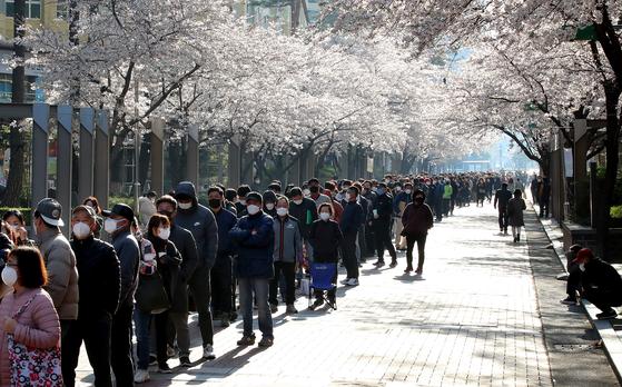 1000여 명의 대구시 소상공인·자영업자들이 지난 3월 코로나19 관련 정책자금 대출 상담 번호표를 받기 위해 차례를 기다리고 있다. 뉴스1