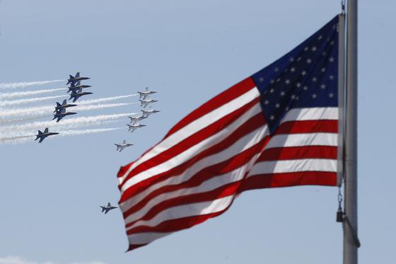 '블루 엔젤스' 미 해군 특수비행팀(왼쪽)과 썬더버드' 미 공군 특수비행팀이 2일(현지시간) 미국 수도 워싱턴 DC 상공에서 코로나19 의료진에 경의를 표하는 편대비행을 하고 있다. AP=연합뉴스