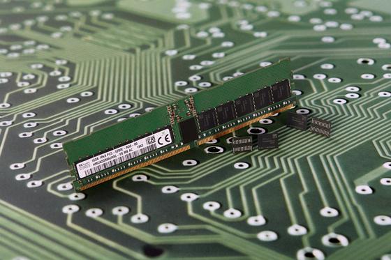 SK하이닉스가 2018년 12월 공개한 DDR5 D램. [사진 SK하이닉스]