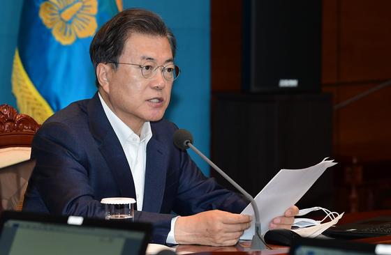 문재인 대통령이 4일 오후 청와대에서 열린 수석·보좌관 회의에서 발언하고 있다. 청와대 사진기자단