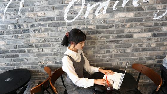 1인기업가로 독립하며 공간의 제약 없이 카페에서 자유롭게 일하고 있는 윤선미씨.