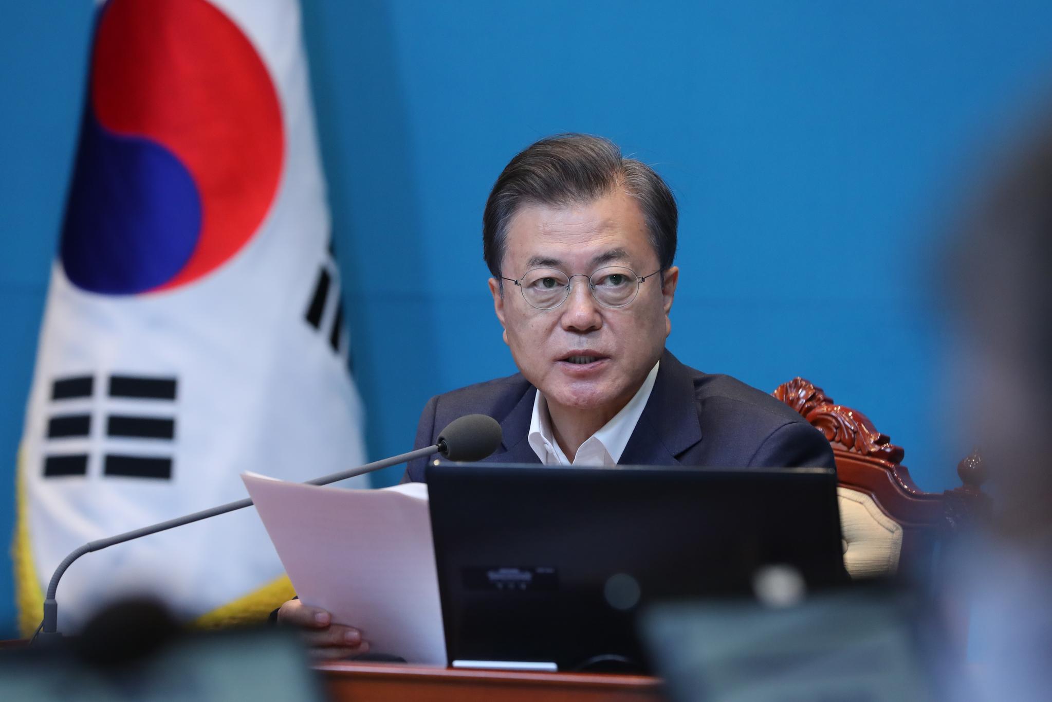 문재인 대통령이 4일 오후 청와대에서 수석·보좌관 회의를 주재하고 있다. 연합뉴스