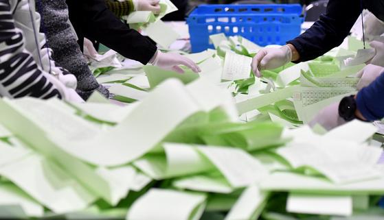 21대 국회의원선거가 치러진 지난 15일 한 지역 스포츠센터에서 선거관리위원회 주관으로 개표가 진행되고 있다. [뉴시스]