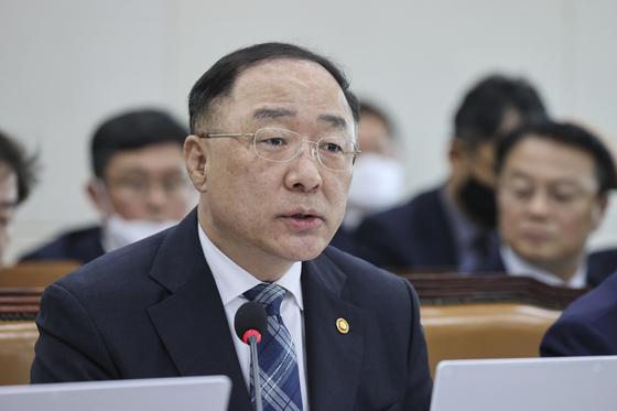 지난달 29일 국회에서 답변하고 있는 홍남기 부총리 겸 기획재정부 장관. 임현동 기자