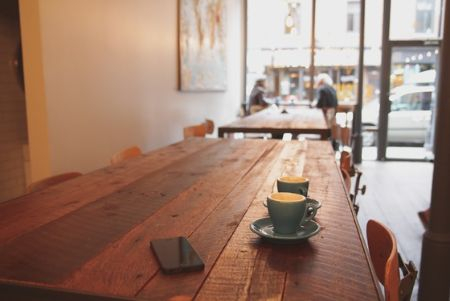 2008년경 상가 건물을 임차하여 커피전문점을 운영한 A. 이후 X가 건물 소유자가 되면서 임대인의 지위를 승계하였는데, A는 권리금을 받지 못하게 되었다며 X를 상대로 권리금 상당의 손해배상청구 소송을 제기하였다. [사진 pxhere]