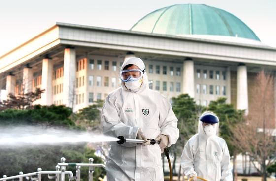 지난 2월 24일 국회의사당 본청 및 국회의원회관에 방역 작업을 하는 모습. 임현동 기자
