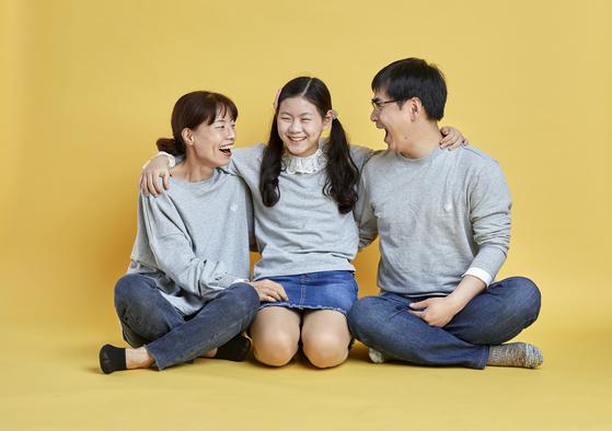 강규리(가운데) 학생기자가 어머니·아버지와 다정하게 어깨동무를 하고 있다. 세 사람은 5월 '가정의 달'을 맞아 건강한 가족 관계 만들기에 도전했다.