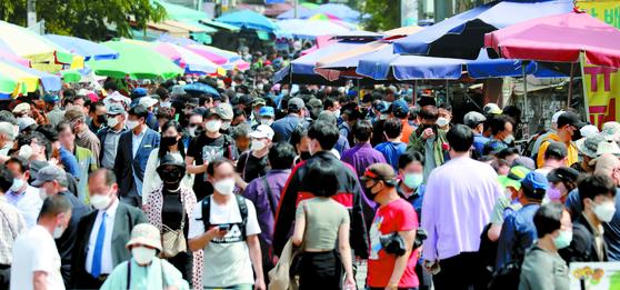 많은 시민들이 3일 서울 종로구 숭인동 동묘벼룩시장에서 물건을 사고 팔고 있다. 코로나19 예방을 위한 '사회적 거리두기'는 5월 황금연휴가 끝나는 5일까지 이어지고 6일 부터 '생활속 거리두기'로 전환된다. 뉴스1