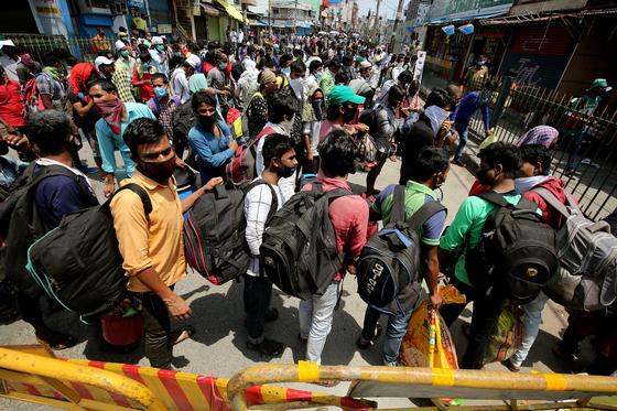 인도 신규확진 3900명···락다운 완화 하루만에 코로나 폭발했다