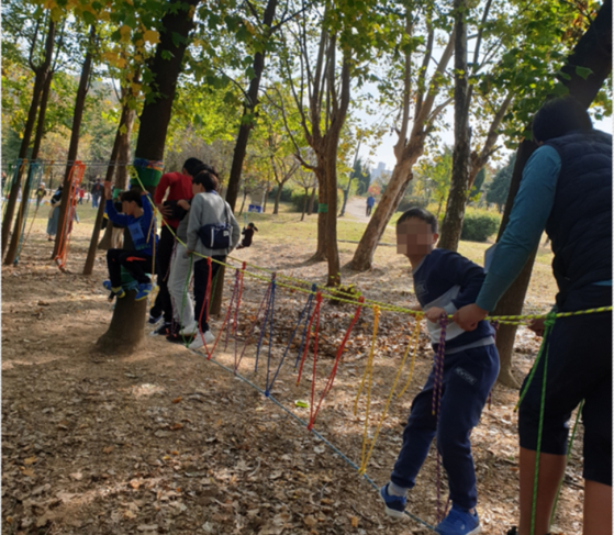 지난해 봄 인천시 부평구 원적산에서 진행된 숲체험 행사에는 장애학생과 비장애학생이 모두 참여했다. 파란색 신발을 신은 학생이 배군. [배군 어머니 제공]