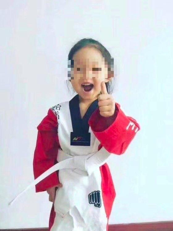 부모에 맞아 의식불명 상태에 빠지기 전의 네 살 꼬마 판판의 귀여운 모습. 현재 중국 헤이룽장성 자무스의 한 병원에서 치료를 받고 있다. [중국 신경보망 캡처]