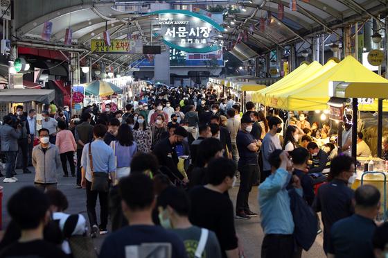 지난 1일 오후 대구시 중구 서문시장 야시장의 60여개 매대가 불을 밝히고 손님을 끌고 있다. 연합뉴스.