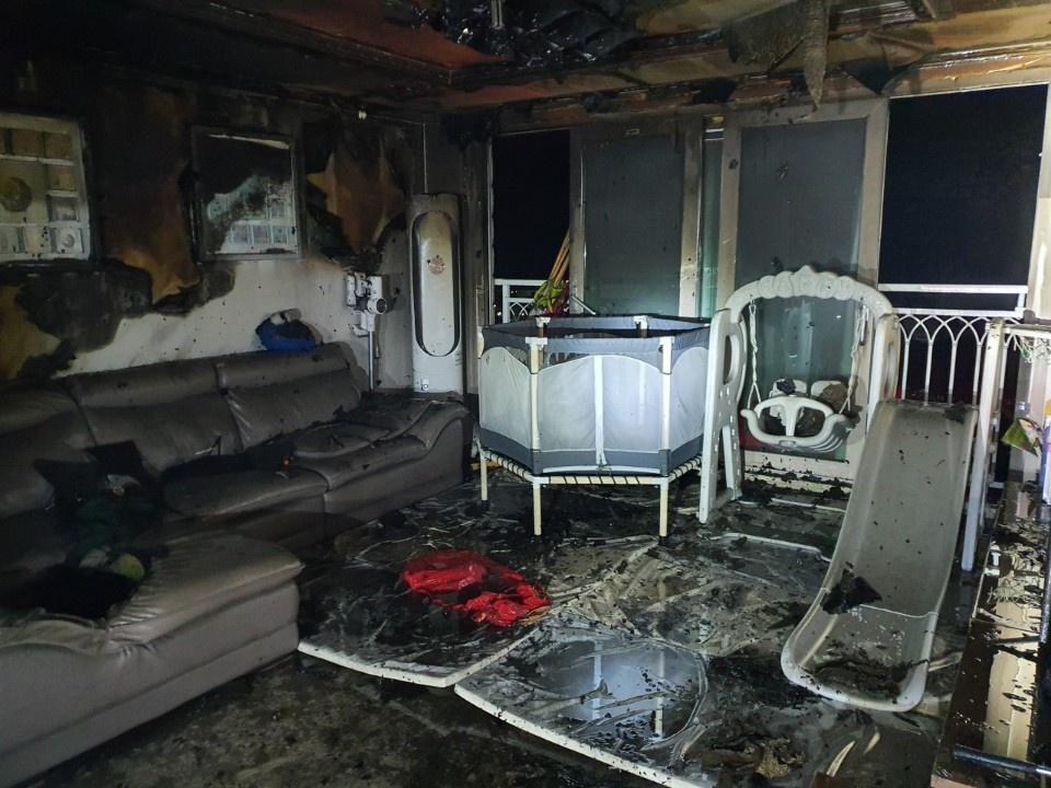 5일 오전 3시52분쯤 제주도 서귀포시 서호동에 있는 한 빌라 3층에서 불이 나 일곱 살, 네 살배기 두 딸을 포함해 일가족 4명이 숨졌다. 사진은 화재 현장. [사진 서귀포소방서]