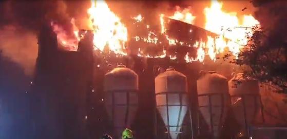 4일 오후 제주 서귀포시에 있는 한 양돈장에서 불이 나 소방당국이 진화하고 있다. 연합뉴스