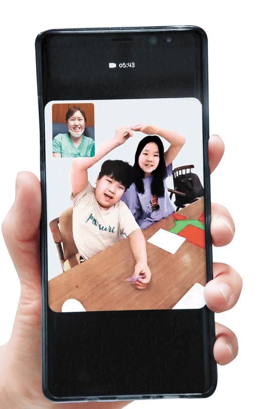 대구 동산병원 채현지 간호사와 딸 윤수아(11)양과 아들 시우(9)군이 3일 영상통화를 했다. 아이들은 휴일에도 환자 곁을 지키는 엄마에게 하트를 그리며 '파이팅'을 외쳤다. 송봉근 기자