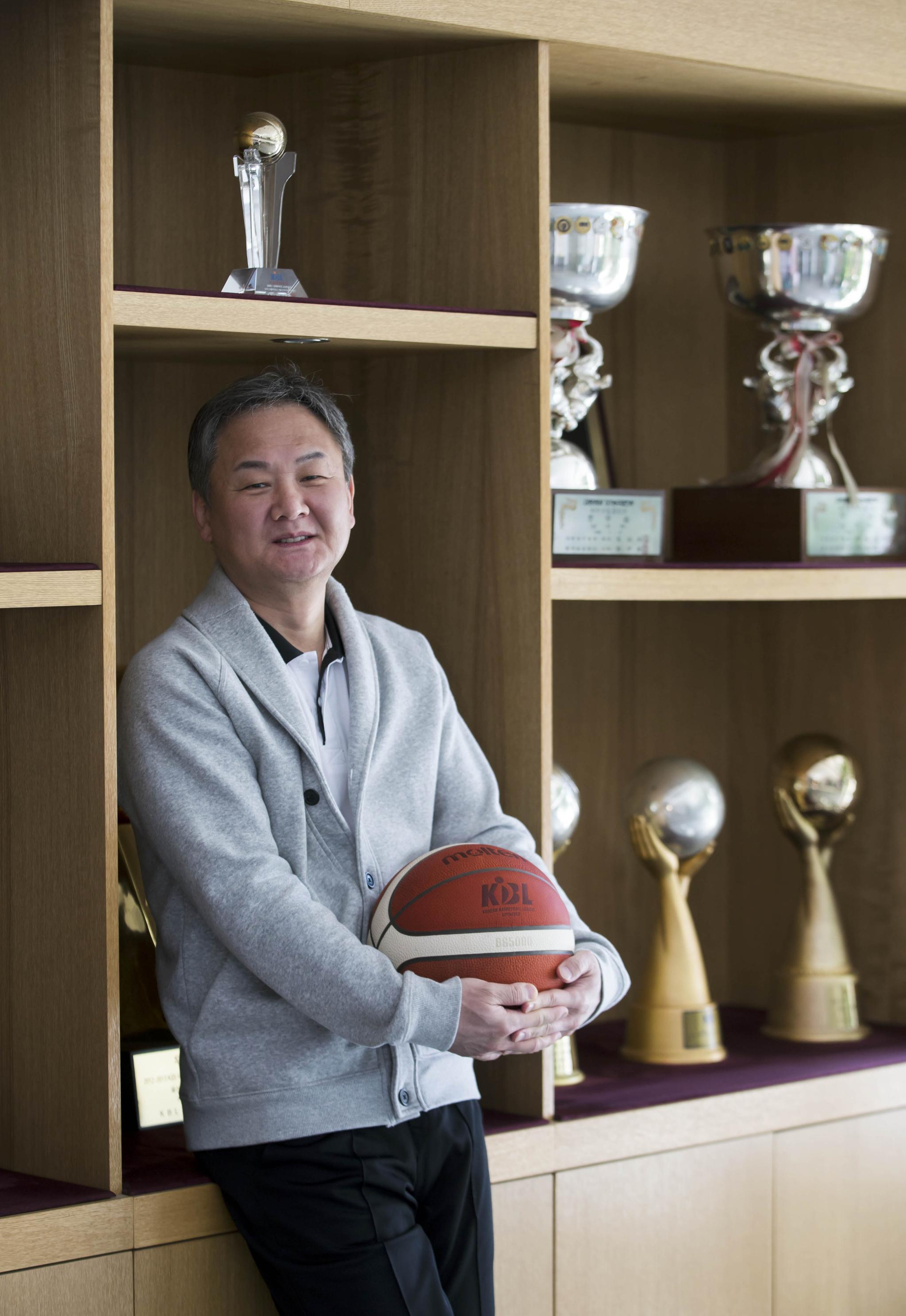 계약 기간을 채우면 19년 2개월 동안 프로농구 현대모비스를 이끌게 되는 유재학 감독. 김성룡 기자