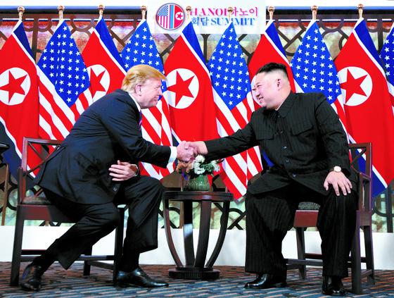 2019년 2월 베트남 하노이에서 정상회담을 하는 도널드 트럼프 미국 대통령과 김정은 북한 국무위원장. 한국 정부는 미국의 우려에도 북한과의 경제 협력에 나서고 있다. [AP=연합뉴스]