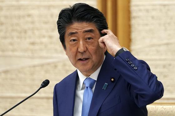 아베 신조 일본 총리가 4일 기자회견에서 긴급사태선언을 31일까지 연기한 배경 등에 대해 설명하고 있다. [AP=연합뉴스]
