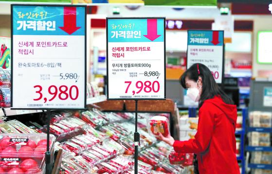 코로나19로 외식 대신 집밥이 늘면서 지난달 채소류 물가는 10% 넘게 올랐다. 전체 소비자 물가상승률은 0.1%였다. 사진은 4일 서울의 한 대형마트 농산물 코너. [연합뉴스]