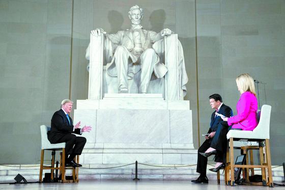 도널드 트럼프 미국 대통령(왼쪽)이 3일(현지시간) 워싱턴DC 링컨기념관에서 열린 폭스뉴스와의 타운홀 미팅에서 '아메리카 투게더: 일터로의 복귀'란 주제로 인터뷰하고 있다. [AP=연합뉴스]