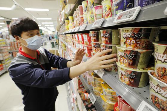 올해 한국 농식품 수출이 라면·김치의 인기와 함께 지난해 같은 기간보다 3.8% 늘어난 23억8000만 달러를 기록했다. 사진은 미국 아카데미 시상식에서 4관왕을 받은 영화 기생충에 등장해 주목받은 라면 제품. 뉴스1