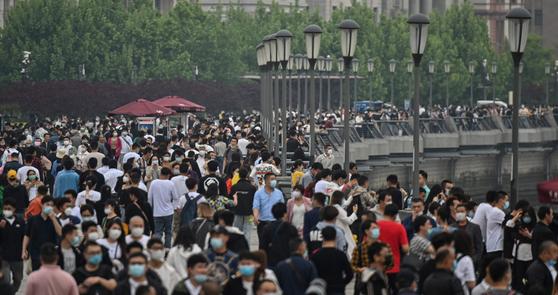 중국에서 코로나19가 진정되면서 지난 1~3일 연휴 기간 중국 국내 여행자 수가 8500만 명에 달한 것으로 집계됐다. 사진은 지난 1일 산책객들로 붐비는 중국 상하이 황푸강 주변. [AFP=연합뉴스]