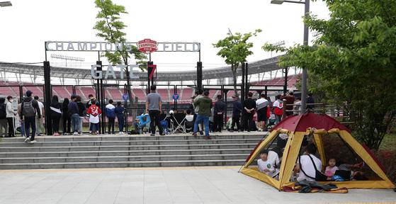5일 광주-기아챔피언스필드에서 열린 2020 KBO리그 개막전 키움 히어로즈와 KIA 타이거즈의 경기를 야구팬들이 펜스 밖에서 관전하고 있다. 연합뉴스