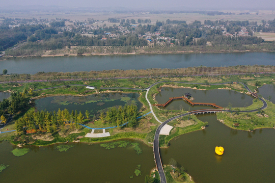 (191022) -- NANJING, Oct. 22, 2019 (Xinhua) -- Aerial photo taken on Oct. 20, 2019 shows scenery of Fangwan Wetland Park in Suining County of Xuzhou City, east China's Jiangsu Province. (Xinhua/Ji Chunpeng)〈저작권자(c) 연합뉴스, 무단 전재-재배포 금지〉