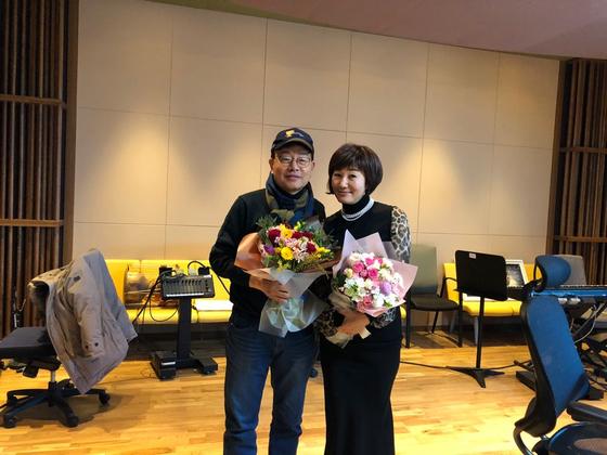 강석, 김혜영씨가 2019년 1월 24일 '싱글벙글쇼' 32년째 방송을 기념하며 찍은 사진 [사진 MBC]