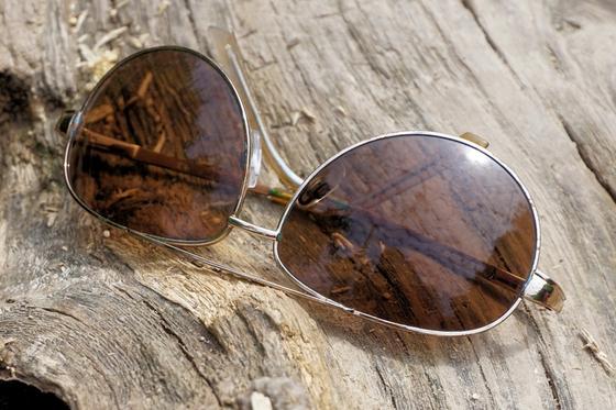 선글라스 왼쪽 다리 안쪽을 보면 사이즈를 알려주는 숫자 표시가 있다. 자신의 선글라스 사이즈를 잘 알고 있다면 다음에 선글라스 구매할 때 많은 도움이 될 것이다. [사진 pxhere]