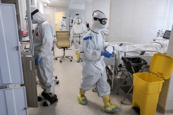 러시아 모스크바의 한 병원에서 의사들이 신종 코로나바이러스 감염증(코로나19) 확진자를 위한 중환자실에서 환자들을 돌보고 있다. [AP=연합뉴스]