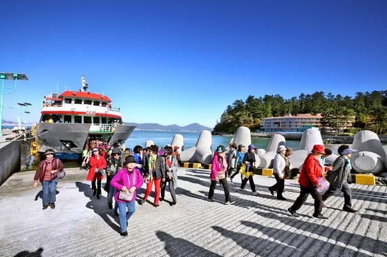 지난해 12월 저도 탐방에 나선 관광객들이 배에서 내리고 있다. 연합뉴스