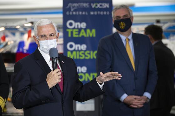 공개석상에서도 마스크를 쓰지 않아 빈축을 샀던 마이크 펜스 미국 부통령이 지난달 30일 미 인디애나주의 제너럴모터스(GM)를 방문한 자리에선 마스크를 쓰고 등장했다. [AP=연합뉴스]