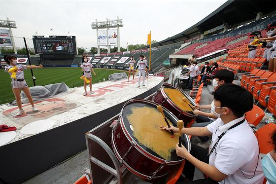 2020프로야구가 개막한 5일 서울 잠실운동장에서 LG 트윈스와 두산 베어스의 경기가 무관중으로 진행되고 있다. 장진영 기자