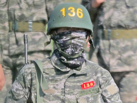 훈련복과 방탄모를 착용하한 손흥민. 그는 6일 소총을 메고 사격 훈련을 받았다. [연합뉴스]