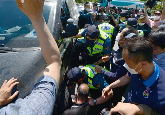 5·18단체 회원들이 6일 광주광역시 5·18기념공원 앞 사거리에서 5·18에 대해 막말을 쏟아낸 보수 성향 단체와 유튜버들에게 항의를 하며 차량을 막아서고 있다. [뉴시스]