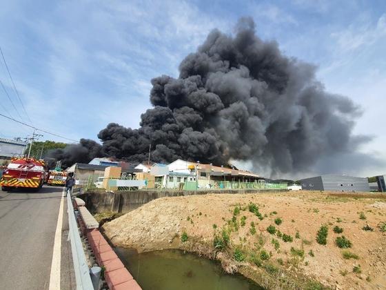 경기도 김포시 폐기물 업체 화재. 사진 경기도소방재난본부