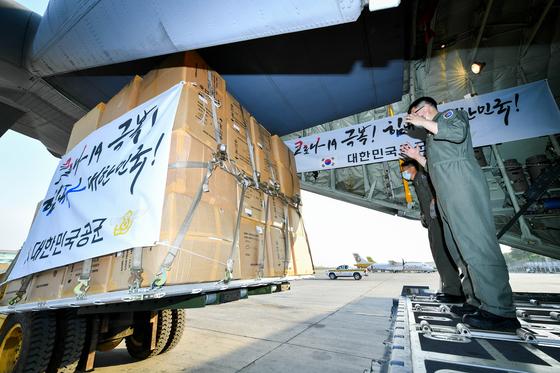공군 제5공중기동비행단 장병들이 지난 3월 18일(현지시간) 미얀마 양곤 국제공항에서 방역물자를 C-130J 수송기에 적재하고 있다.[사진 공군]
