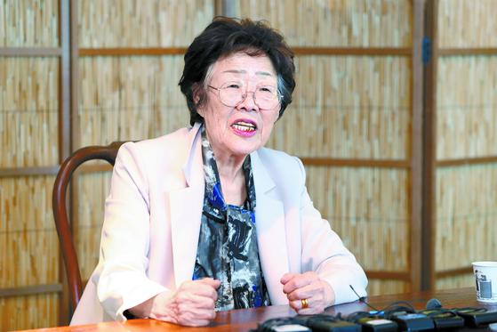 일본군 '위안부' 피해 생존자인 이용수 할머니가 7일 오후 대구시 남구 한 찻집에서 열린 기자회견에서 수요집회를 없애야 한다고 주장하며 관련 단체를 비난하고 있다. 연합뉴스.