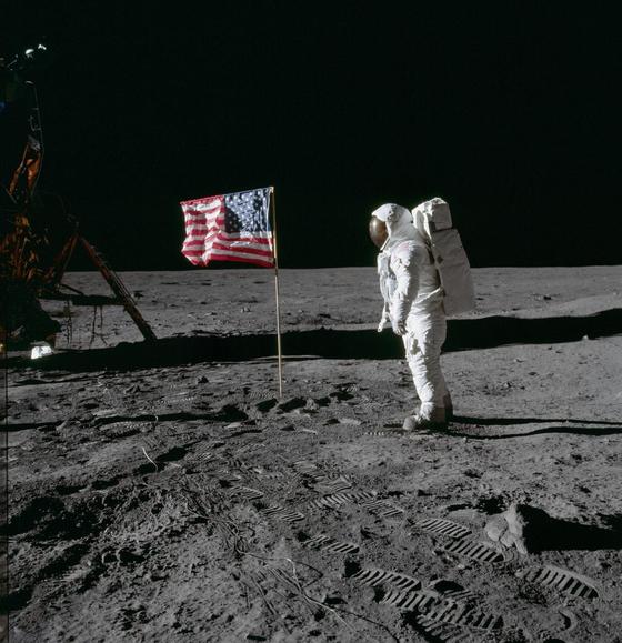 1969년 7월 20일 우주인 에드윈 유진 올드린 주니어(버즈 올드린)가 달 표면에 착륙해 임무를 수행하고 있다. 사진 나사 홈페이지