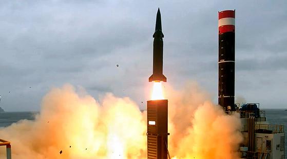 지난 2017년 8월 군 당국이 쏜 현무-2C 탄도미사일. 이 미사일의 탄두 중량은 500㎏다. 지난 3월 시험 발사한 현무-4는 사거리가 현무-2C와 똑같은 800㎞이지만 탄두 중량은 2t으로 늘어났다. [사진 국방부]